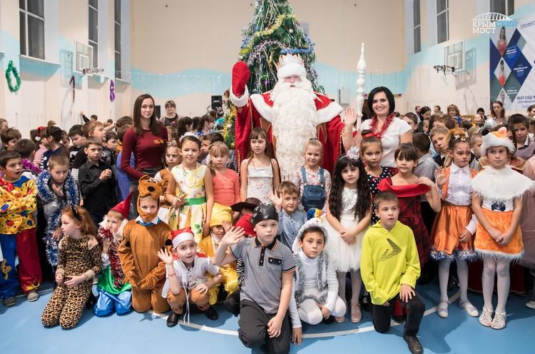 Дед Мороз встретился с детьми в Тамани и в Крыму. Фото: инфоцентр «Крымский мост»