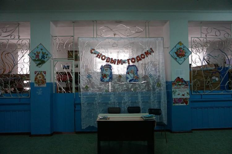 Обстреливаемая школа украшена к новому году, учителя прилагают все усилия, чтобы дети отвлеклись от войны.