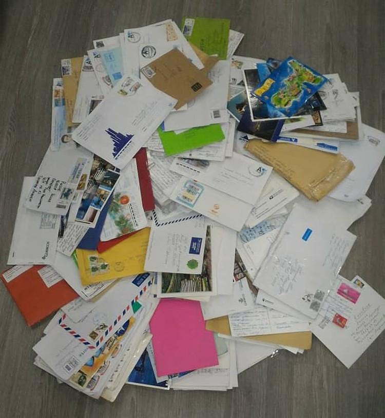 Такую гору писем со всех уголков страны каждый день приносит почтальон для Андрюши Тихонова.