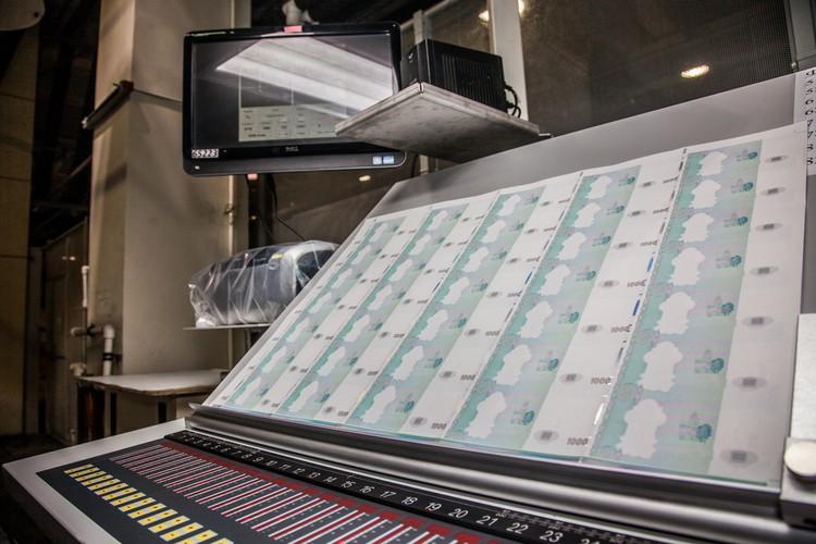 На печатную фабрику листы попадают уже с водяными знаками и металлической нитью.