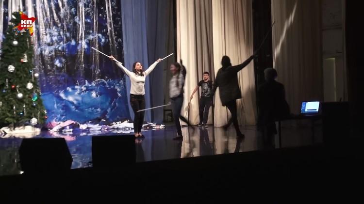 В совхозном Доме культуры идет репетиция спектакля «Маленький принц» по Сент-Экзюпери.