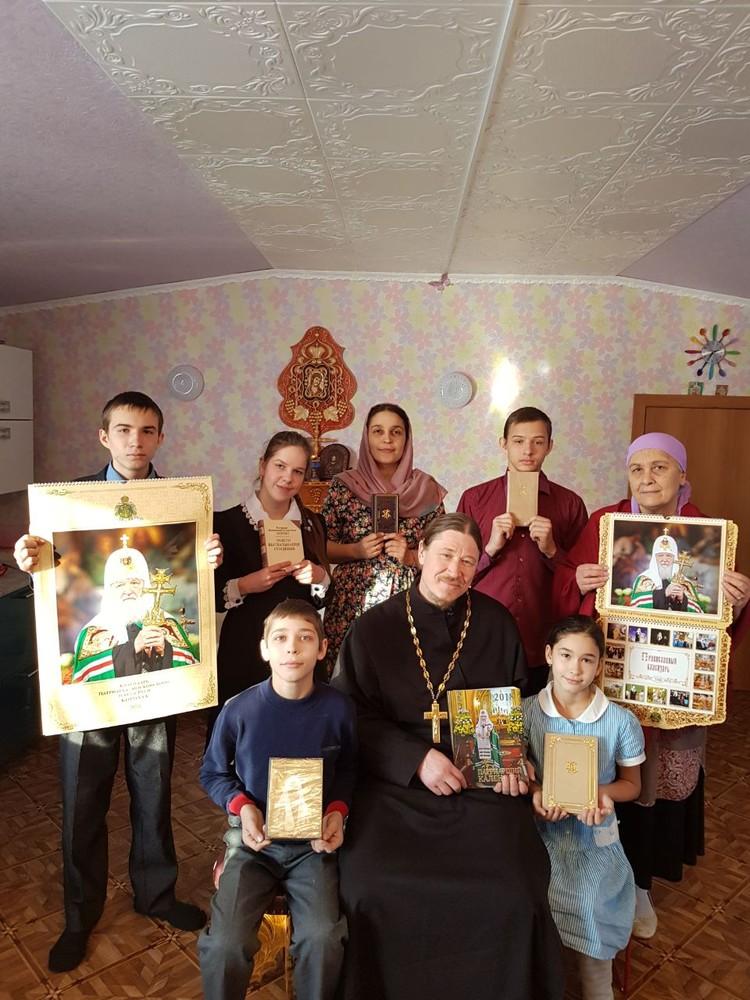Домой Даниил, Варвара и их отец вернулись с памятными подарками для всей семьи. Фото: личный архив семьи Васильевых