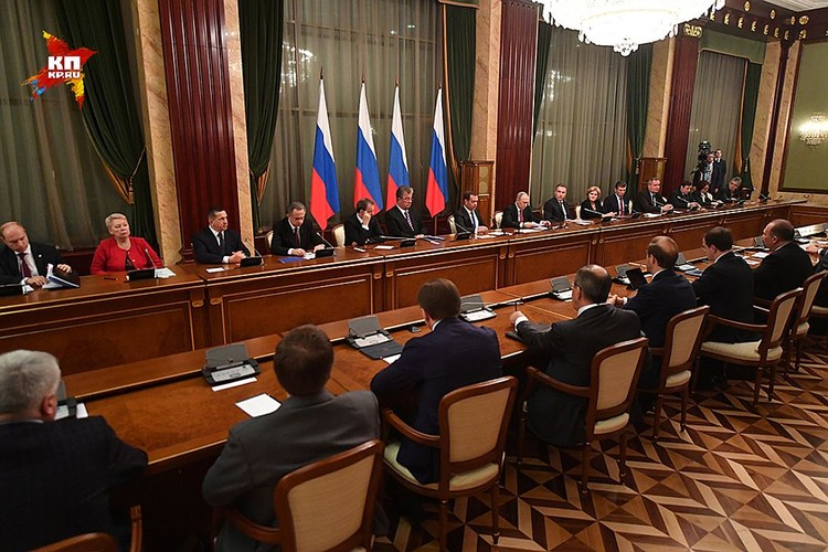 Готовившие доклад клерки поступили предельно просто: выписали в столбик фамилии руководителей всех главных министерств и госведомств РФ.