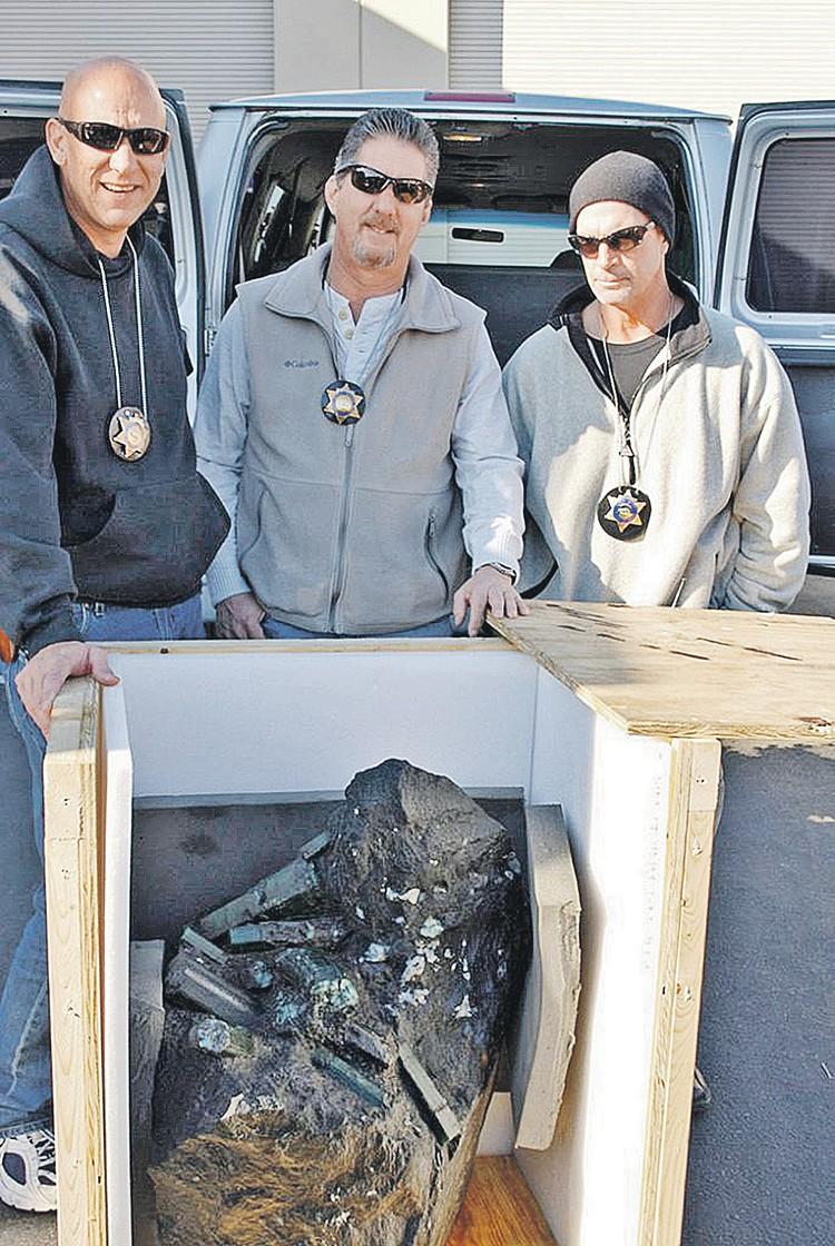 Шериф из Лос-Анджелеса (в центре) решил оставить камень у себя, пока не объявится его настоящий владелец. Но обращаются только скупщики, воры и прочие подозрительные личности. Фото: Los Angeles Sheriffs Department