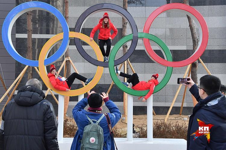 Олимпийские кольца традиционно становятся местом для лучших снимков на память.