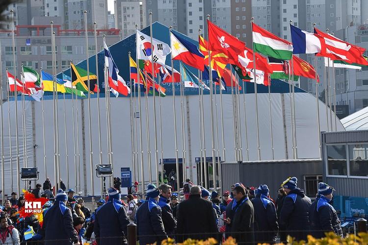 Среди флагов, развевающихся над Олимпийской деревней, увы, нет российского.
