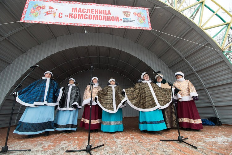 Для гостей выступили фольклорные ансамбли Саратова.