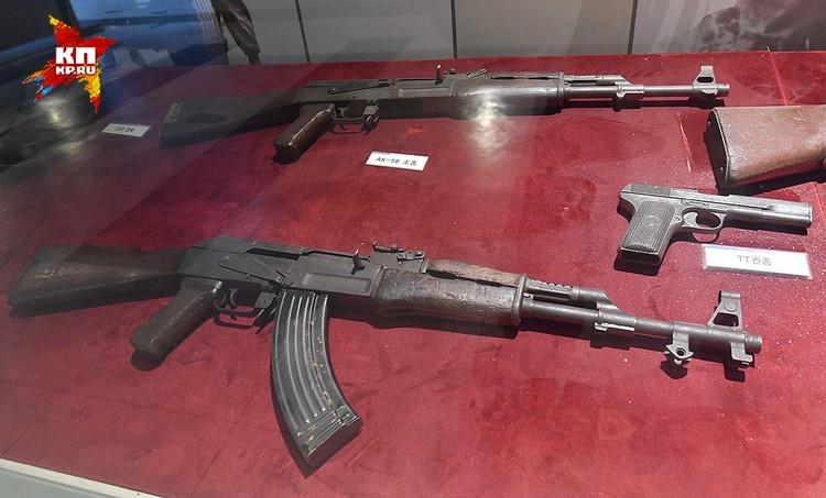 На витринах родные нам автоматы ППША и Калашников, пистолеты ТТ.
