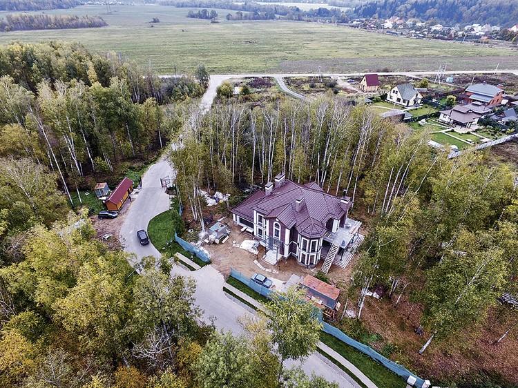 Общая площадь дома с участком - 3730 кв. метров.