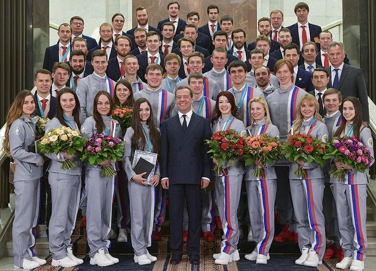 Памятное групповое фото с олимпийскими призерами.