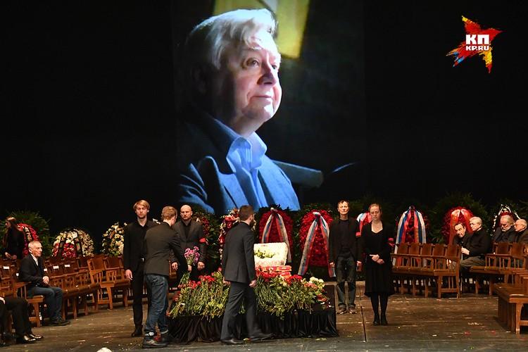 Родные и друзья простились с Олегом Табаковым в МХТ им. А.П. Чехова.
