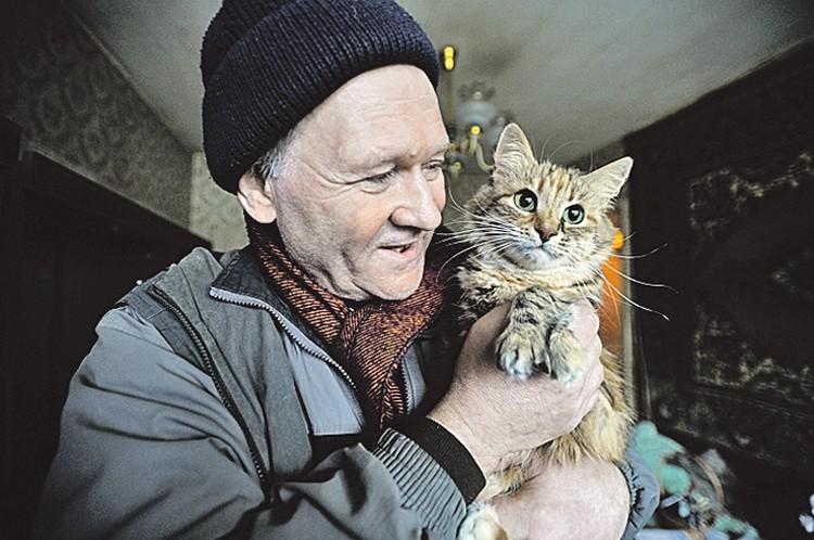 Алексей Быстрицкий первым делом запустил в новую квартиру кошку Шуню.