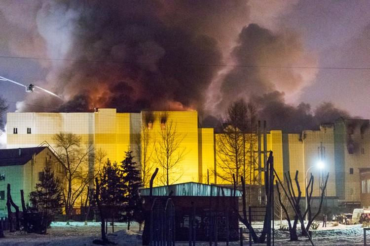 Ночью возникла угроза обрушения конструкций, что еще сильнее затруднило работу спасателей Фото: Данил Айкин/ТАСС
