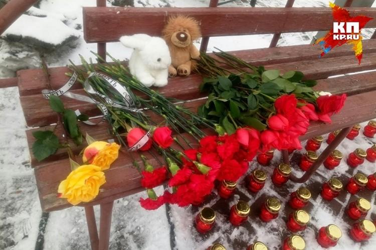 Кемеровчане приносят цветы к торговому центру в память о погибших