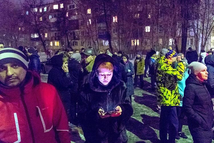 Вечер воскресенья, 25 марта, Кемерово. Горожане ждут новостей о судьбах пропавших без вести. ФОТО Данил Айкин/ТАСС