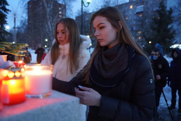 В Самаре к памятнику детям - труженникам тыла собрались десятки людей