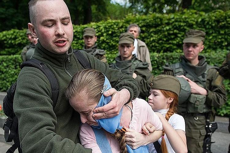 На Настю и её маму набросились «патриоты Украины», которым не понравилась георгиевская ленточка. ФОТО: Alexey Furman/Anadolu Agency/Getty Images