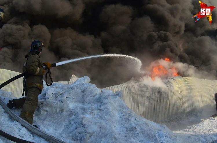 Черный дым от горящего склада можно было увидеть во всех районах города