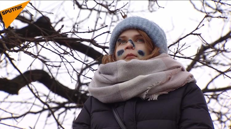 Эва долго не показывалась с открытым лицом. И до сих пор носит маску. ФОТО: кадр из видео