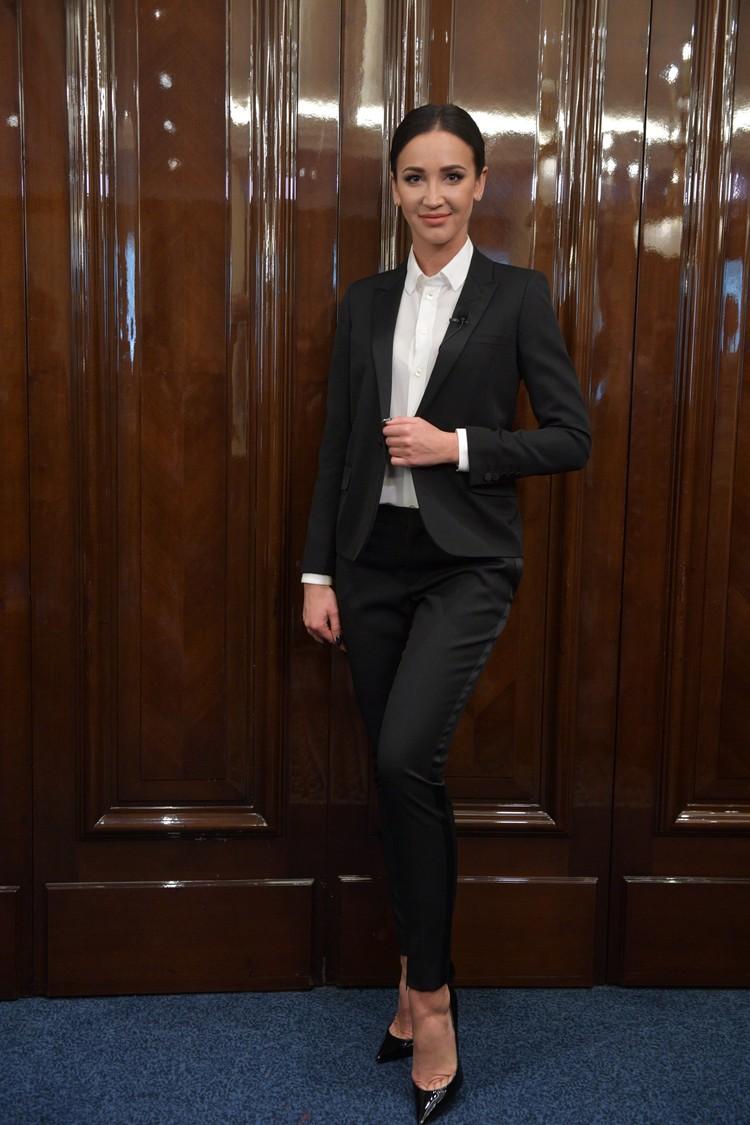 Деловой образ Бузовой удивительно идет, даже больше, чем гротескные наряды, в которых она появляется на российских музыкальных премиях