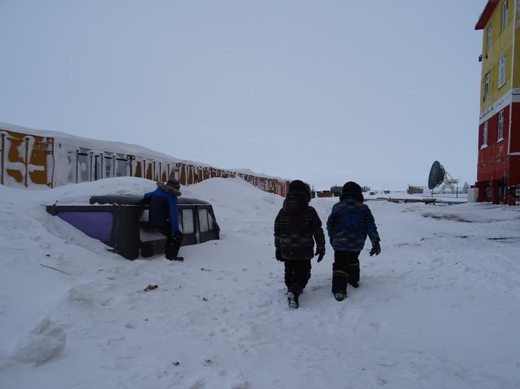 На Чукотке за зиму выпадает столько снега, что машины засыпает до крыши.
