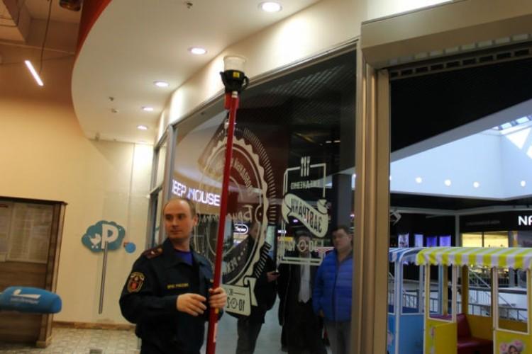 В руках у инспектора специальный прибор для проверки пожарных датчиков. ФОТО: 78.mchs.gov.ru