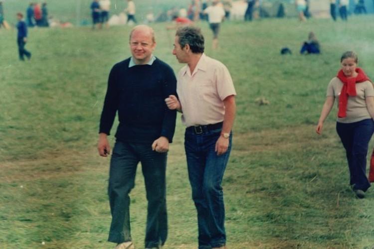 Юрий Визбор (слева) и Александр Городницкий на Грушинском фестивале, 1972 год. Фото: из личного архива Александра Городницкого