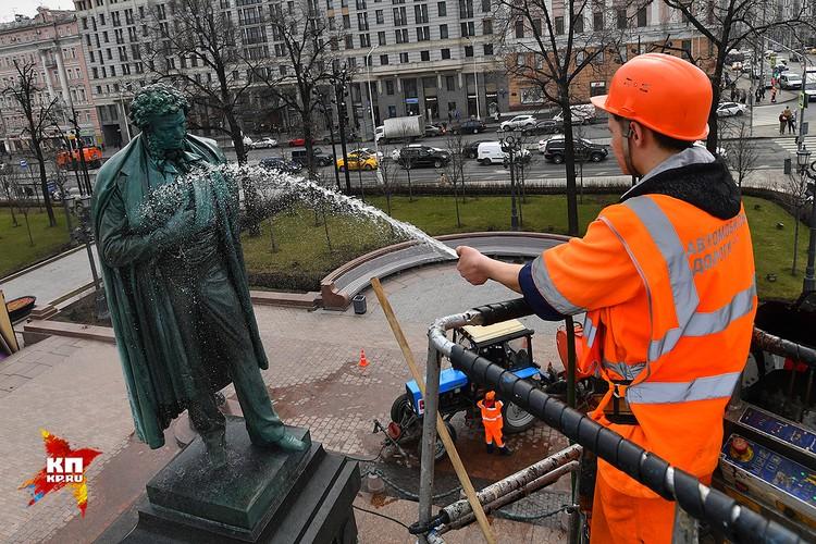 Из-за голубей, облюбовавших монумент, памятник приходится мыть дважды в год.