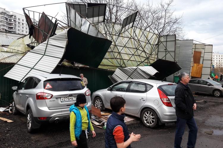 Поврежденные ураганом гаражи на северо-востоке столицы.