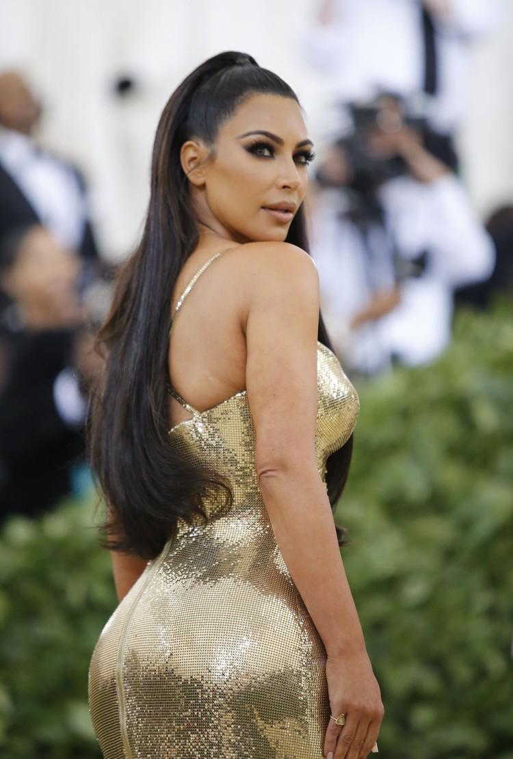Ким выбрала простое по крою золотое платье.
