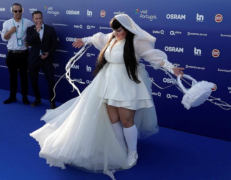 Израильская певица Нетта на «голубой дорожке»