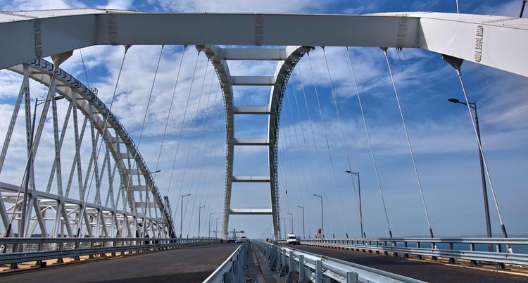 Рабочие моста советуют загадывать желание, когда проезжаешь под аркой