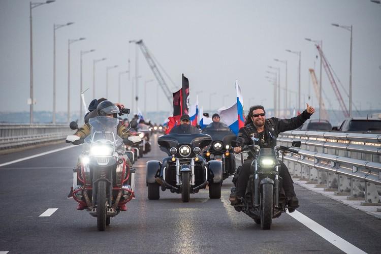 Мотоколонна стала первой на Крымском мосту