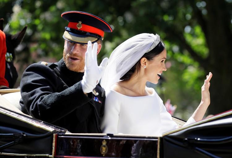 Гарри и Меган приветствовали всех, кто собрался посмотреть на их свадьбу, из открытого ландо