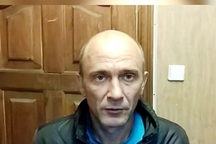 Безработный житель Воронежа Игорь Подпорин схватил стойку ограждения и ударил ей по стеклу на картине