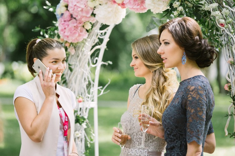 Услуги свадебного организатора в столице 400-700 долларов.