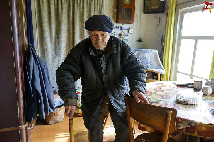 Евгений Попов с трудом ходит, часто болеет и практически не принимает гостей, но ребят из деревни Гам, которым отдал деньги, принял с радостью