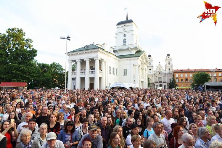 Зрители в ожидании выступления экс-солистки Ace of Base Йенни Берггрен.