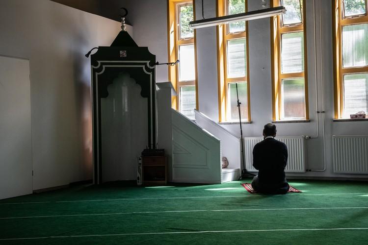 Мусульманин во время молитвы в мечети города Потсдам.
