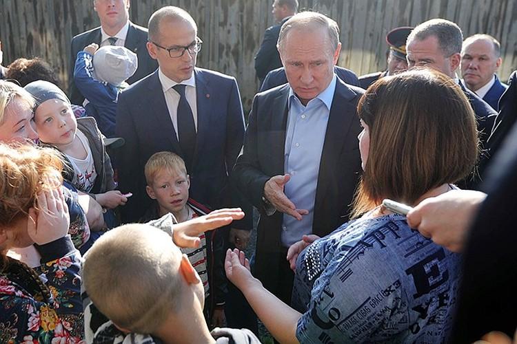 Владимир Путин приехал в барак, где проживала задавшая вопрос Анастасия Вотинцева, уже через 12 дней. Фото: Михаил Климентьев/ТАСС