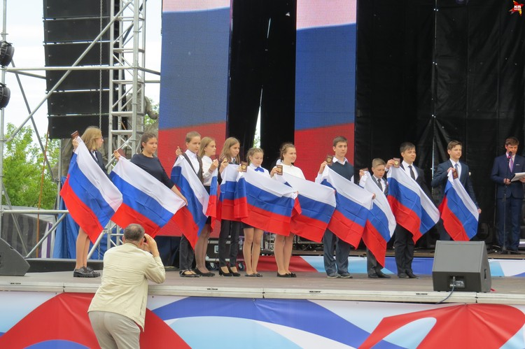 Церемония вручения паспортов особенно отличившимся школьникам.
