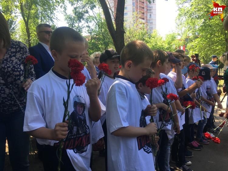 На открытии присутствовали школьники, сотрудники администрации, представители Минобороны.