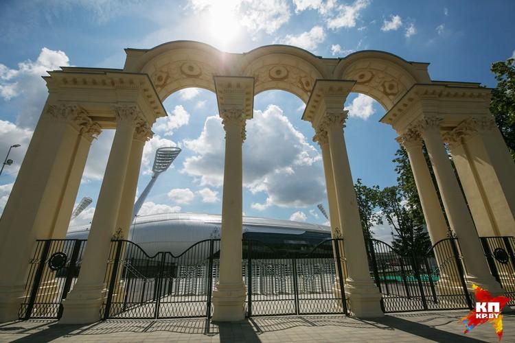 Историческая арка за которой виднеется модерновый козырек над трибунами. Получается постмодерн?