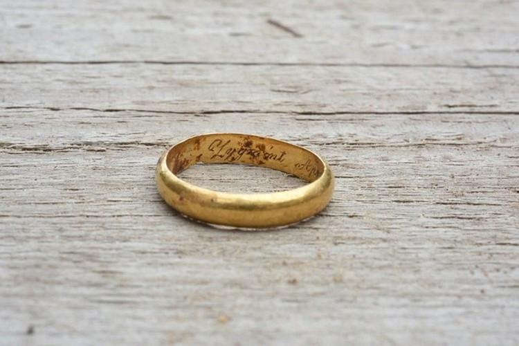 Кольцо с гравировкой археологи сняли с правой руки похороненного в могиле - по нему установили, что там захоронен Зигмунд Сераковский. Фото: lrkm.