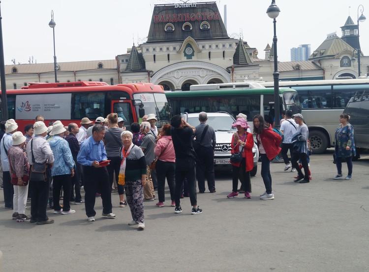 Китайские туристы с интересом наблюдали за происходящим