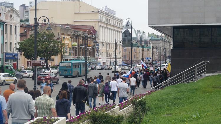 Митингующие отправились в центр Владивостока
