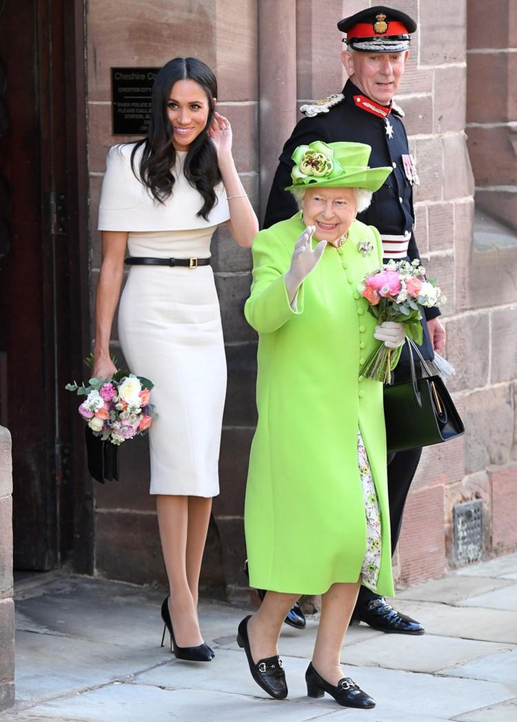 Для первой поездки вместе с королевой Елизаветой II Маркл выбрала платье Givenchy за 18 тысяч долларов