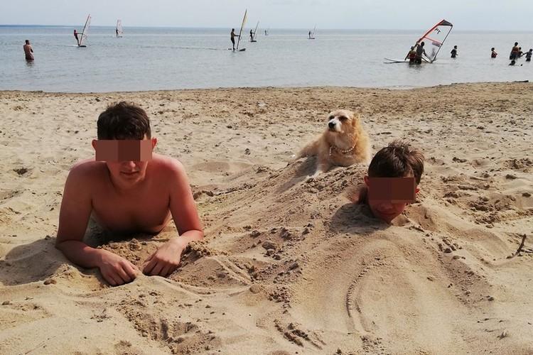 Дима (слева) отдыхал на Обском море вместе с другом и его родителями.