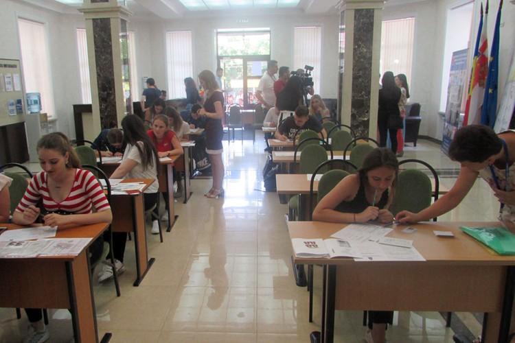 Будущие студенты старательно заполняют анкетные листы