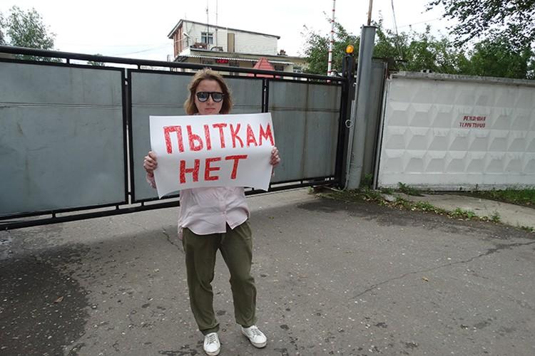 У стен колонии проходят одиночные пикеты. Журналисты и активисты требуют публичного расследования